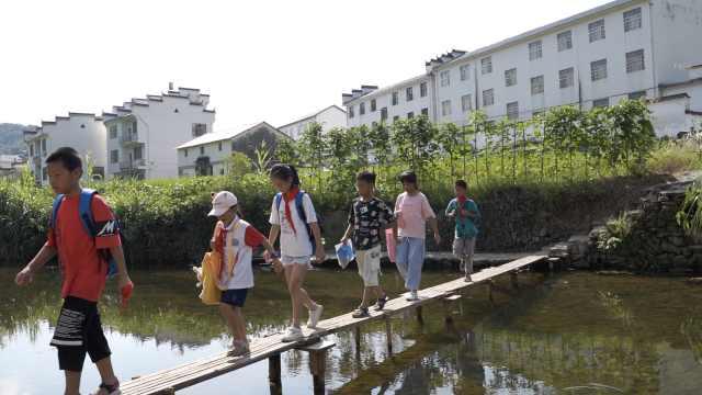 为方便孙女上学,爷爷在河上建了一座木桥,来回节省20分钟