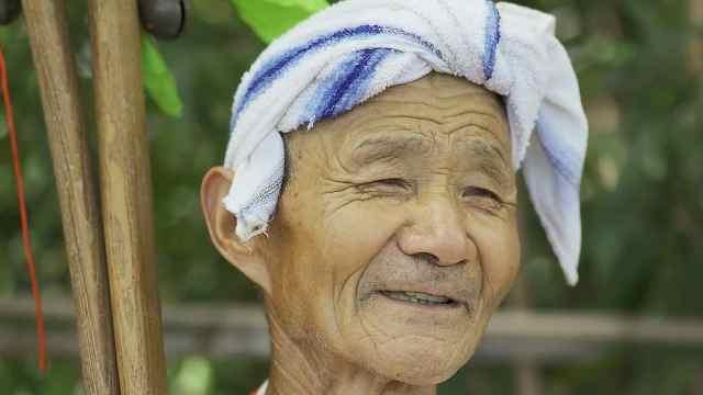 77岁老人跳摆渡口秧歌,这心态也太年轻了!