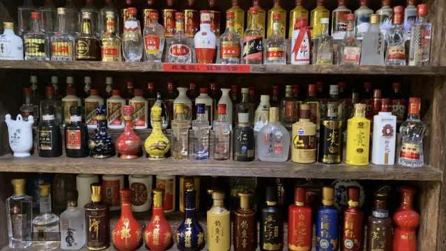为研究酒文化,85后男子7年收藏千瓶小酒版,每个都不重样