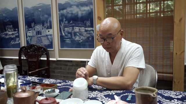 他画的大佛会比OK!乐山画家瓷器作画宣传家乡,直接在家中建窑