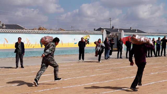 草原农牧民搞趣味运动会,49岁大姐扛50斤土豆飞奔甩男人一截