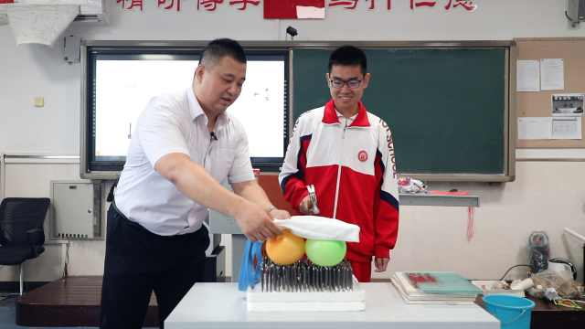物理老师演示气球版胸口碎大石:我的老师上课还拆过摩托车