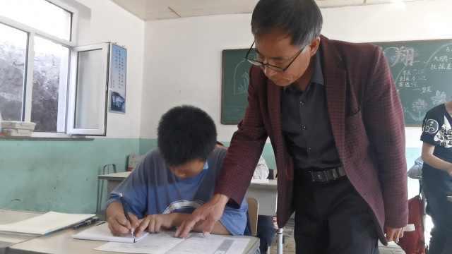 53岁代课老师坚守村小33年,1人负责3门学科:要让孩子走出大山