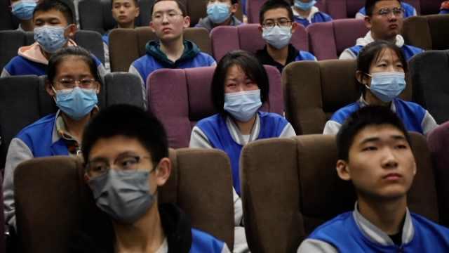 学校带500学生包场看《长津湖》,学生含泪吃冻土豆和炒面粉