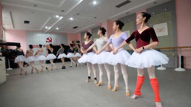 郑州有个奶奶芭蕾舞团:成员平均58岁,1年内学会立足尖起舞
