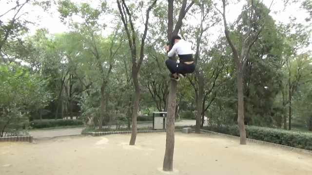 46岁二孩妈妈爬树健身:爬5米高树仅用7秒,1年磨破10条裤子