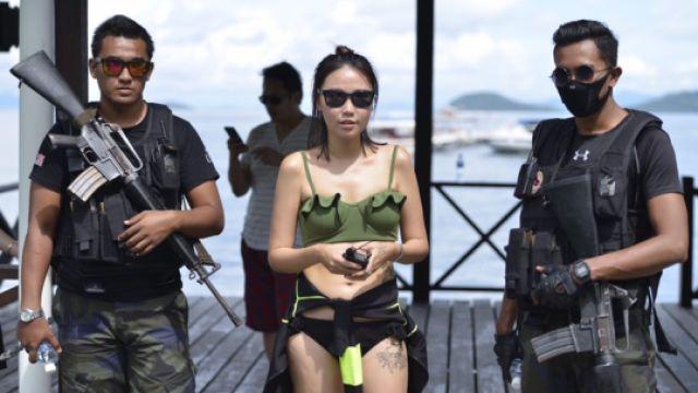 美女出海潜水,有私人保镖全程跟随