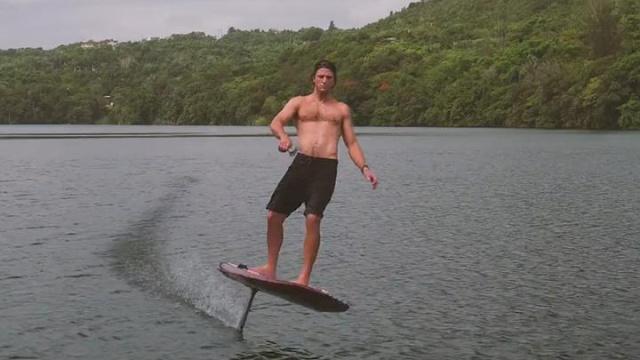 这块冲浪板让你在水上飞行!