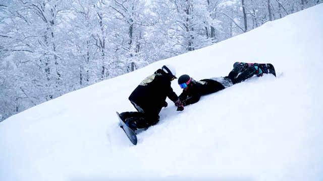 """姐妹俩日本滑雪遇险""""命悬一线"""""""