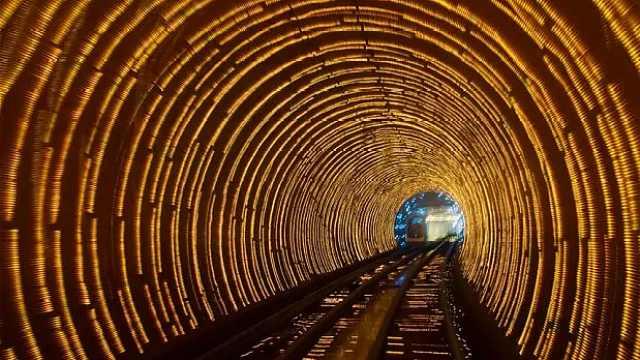 """中国打通号称""""工程师灾难""""的隧道"""
