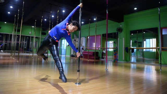72岁钢管舞大妈挑战高难度