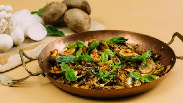 菌菇烤着吃,口感酥软,十分鲜美!