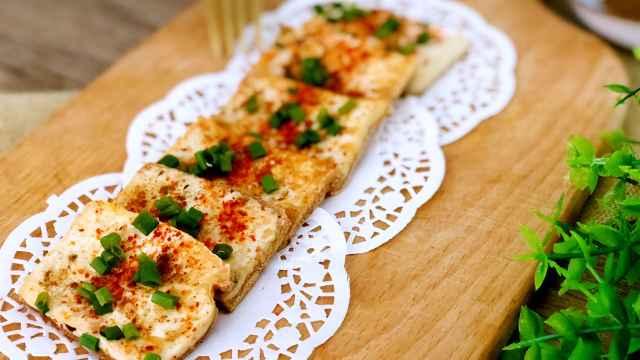 外焦里嫩的人气小吃铁板孜然煎豆腐
