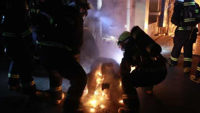 资阳一居民楼起火  消防救出24人