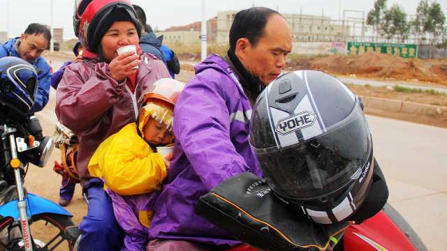 60万农民工骑摩托车返乡