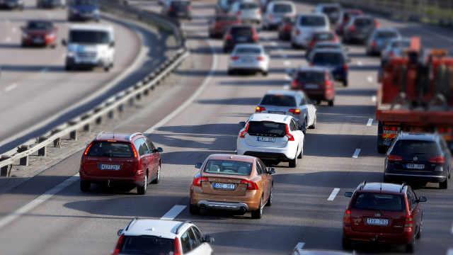 高速公路上不修路灯是为了省电费吗