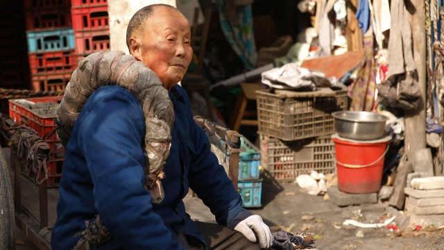 88岁拉煤老人,为灾区捐1.1万存款