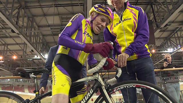 106岁高龄自行车手完成最后比赛