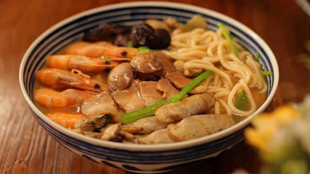 自制汤头鲜浓的海鲜卤面