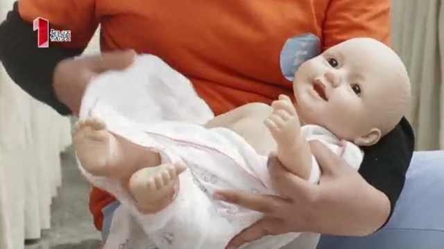 给宝宝做专业的脐部护理及换纸尿裤
