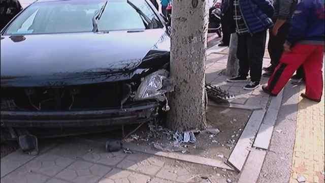 女司机开车时睡着,撞了树都没醒