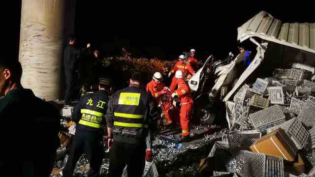 杭瑞高速九瑞段一货车单方发生事故