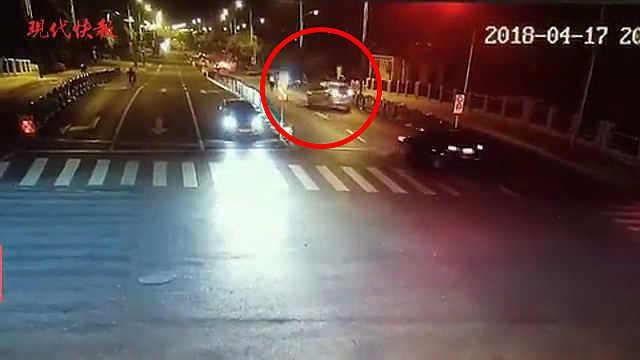 酒驾司机为甩开交警,一路倒车逃跑