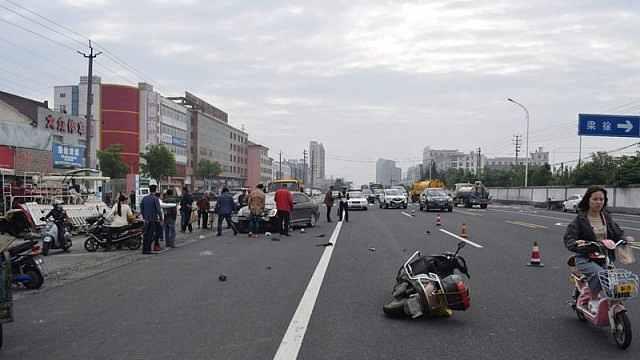 女子骑电动车横穿马路被撞飞