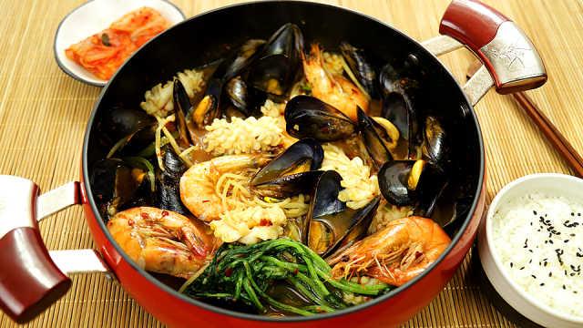 汤汁鲜美的韩式辣炖海鲜汤