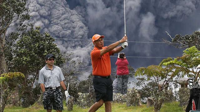 夏威夷火山喷发,高尔夫玩家很淡定