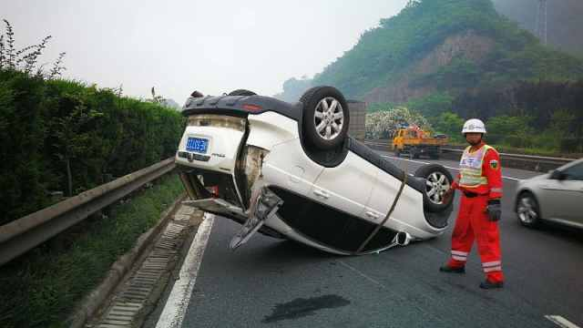 警惕!司机高速路疲劳驾驶SUV翻车