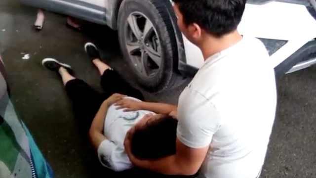 孕妇被撞倒地大哭,热心市民帮扇风