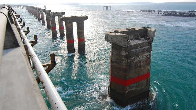 大桥的桥墩怎么在海里施工的?