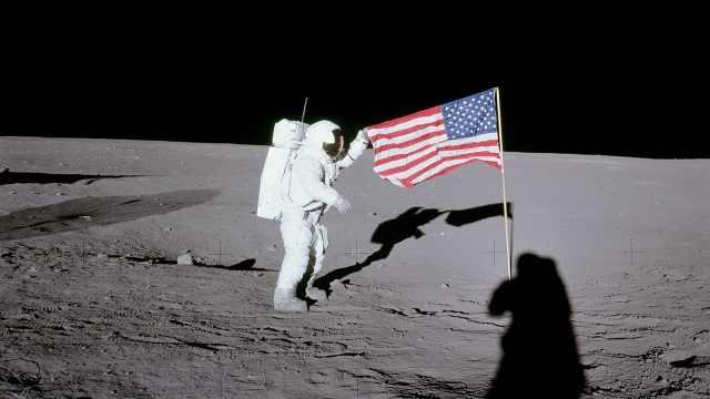 美国旗怎么在没空气的月球上飘?