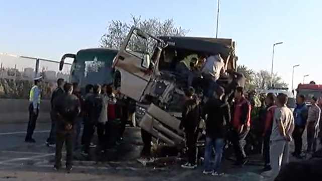 翻斗车撞洒水车,司机被困众人救援