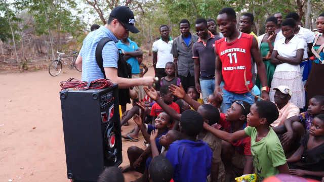给非洲小朋友发糖果、放电影
