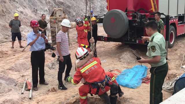 工人不慎坠入15米深孔桩,腰部重伤