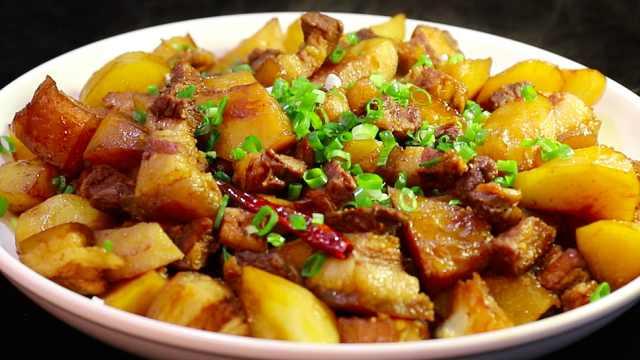 五花肉炖土豆,妥妥的下饭硬菜