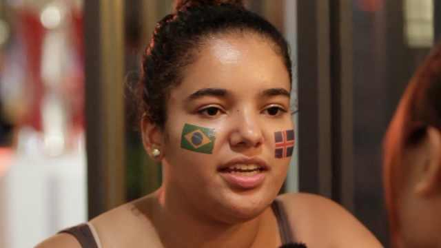 巴西女球迷恋内马尔:我很想嫁给他