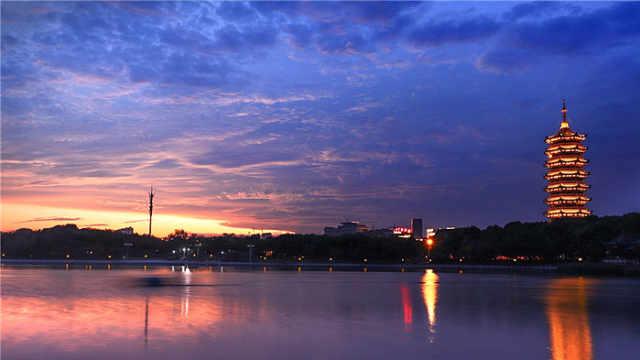 雨前现绚丽晚霞 ,梦幻天空令人惊艳
