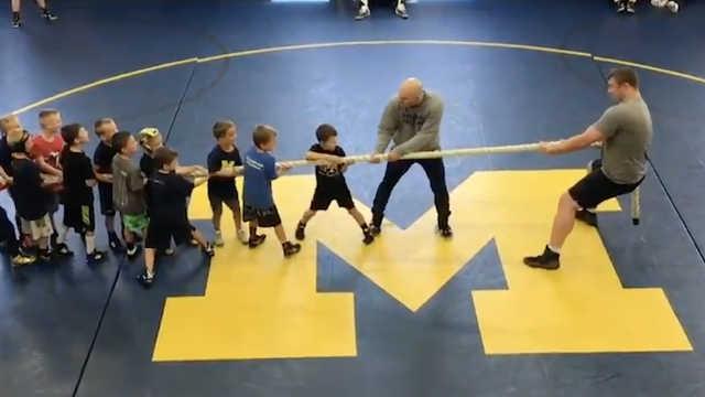 50名小孩和1名摔跤手比赛拔河