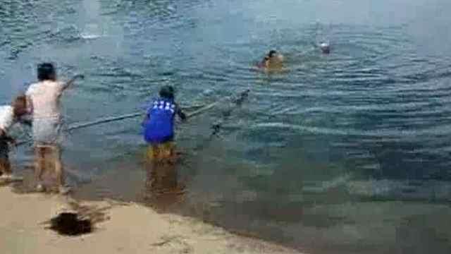 男子不慎坠河,市民急忙跳河相救