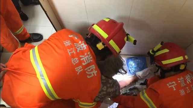 老人为捡假牙手卡便池,消防施救