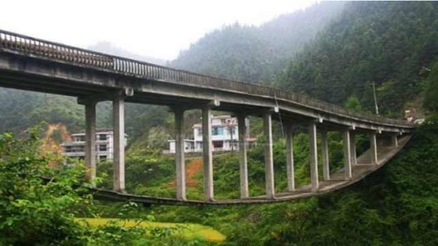 这座桥悬在半空中是怎么建成的?