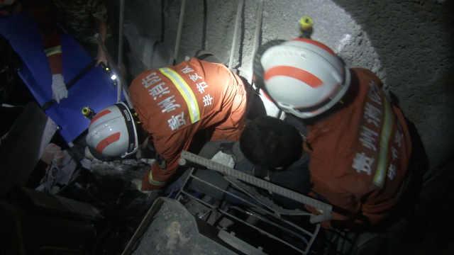 铲车隧道侧翻困司机,消防喂水救援