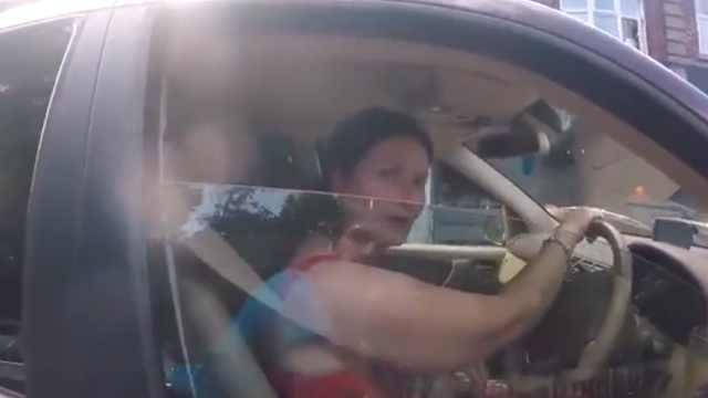 女子开车玩手机被警告:我就要玩