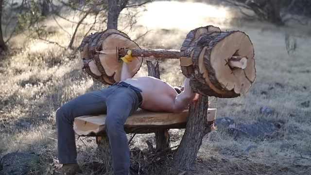 美国父子锯木头做杠铃,重300磅!