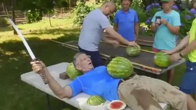 男子在肚皮上切西瓜,创造世界纪录