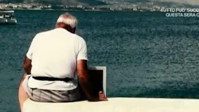 泪目!意大利爷爷携妻遗照看海7年