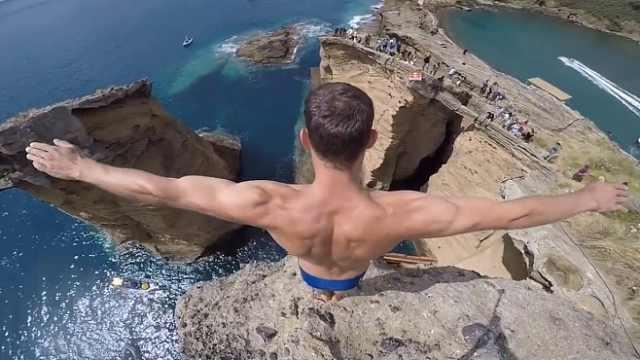 玩的就是心跳!小伙在悬崖边跳水